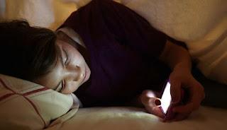 احذر استخدام الهاتف قبل النوم ، عادة محببه لمعظمنا لكن لها أضرار خطيرة