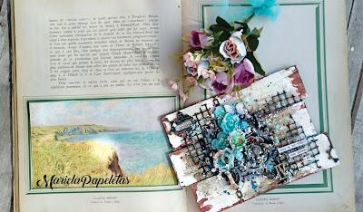 Foto ampliada del Canvas con estilo mix media, en colores marrones y turquesas que muestra un collage donde las agujas del reloj son fichas de ajedrez sobre un viejo libro de monet