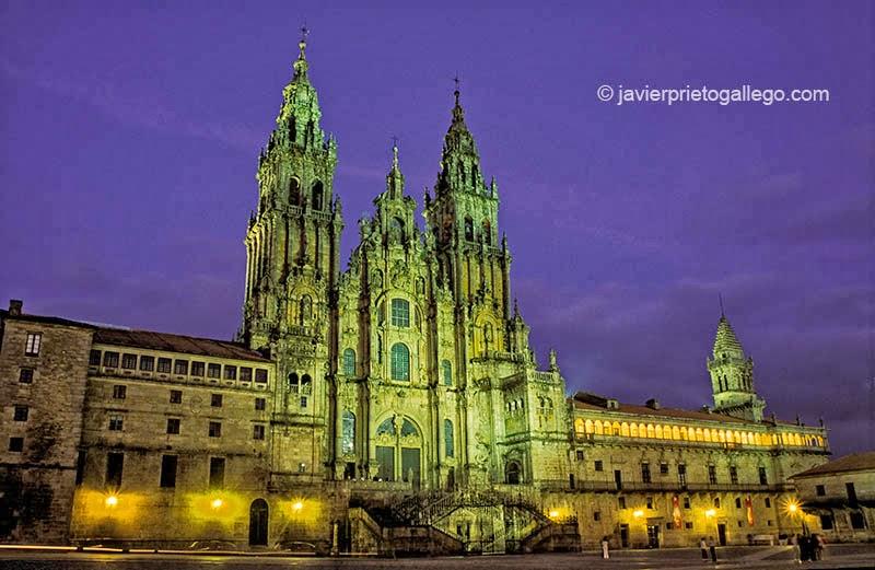 La catedral de Santiago de Compostela vista desde la plaza del Obradoiro al anochecer. La Coruña. Galicia. España © Javier Prieto Gallego