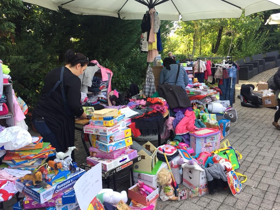 98f41022f5d8 Non solo abbigliamento e scarpe  negli stand gestiti dalle mamme si possono  trovare giochi e libri per bimbi