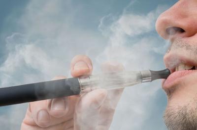 """8 Efek Penggunaan Rokok Elektrik """"Vape"""" pada Tubuh"""