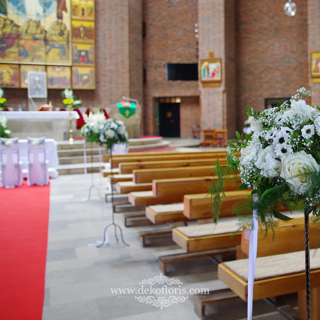 Wysokie stojaki z białymi kwiatami