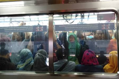10 Tingkah Laku Menyebalkan Penumpang Yang Biasa Ditemukan Di Commuter Line