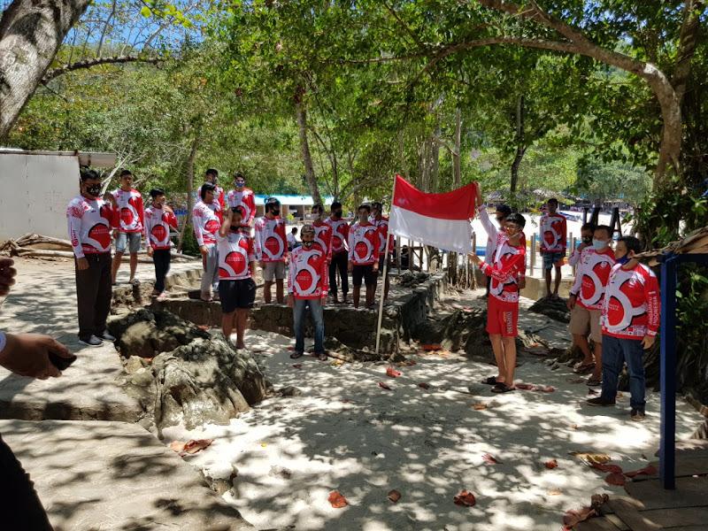 Bright Elektrik PLN Sulut Kibarkan Sang Saka Merah Putih di Pantai Pulisan