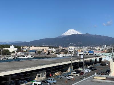 沼津港 有料駐車場から見た富士山