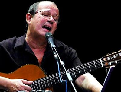 Foto de Silvio Rodríguez cantando en concierto