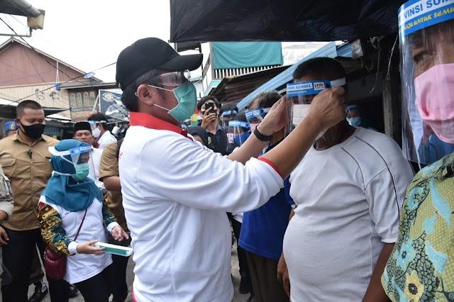 Herman Deru Bagi-Bagi APD ke Pasar Sungsang