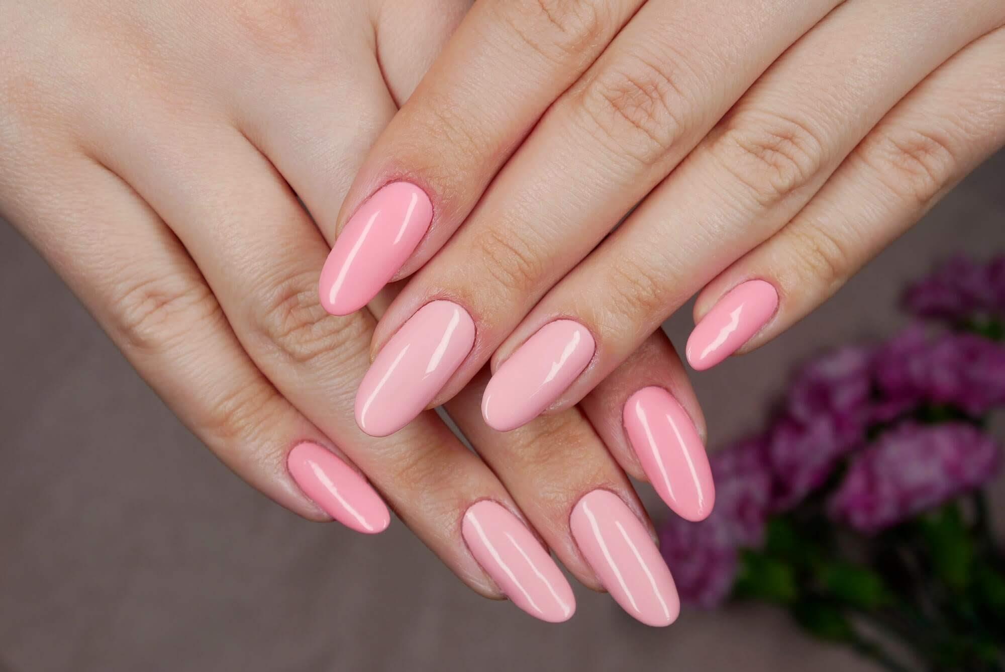 paznokcie różowe hybrydowe