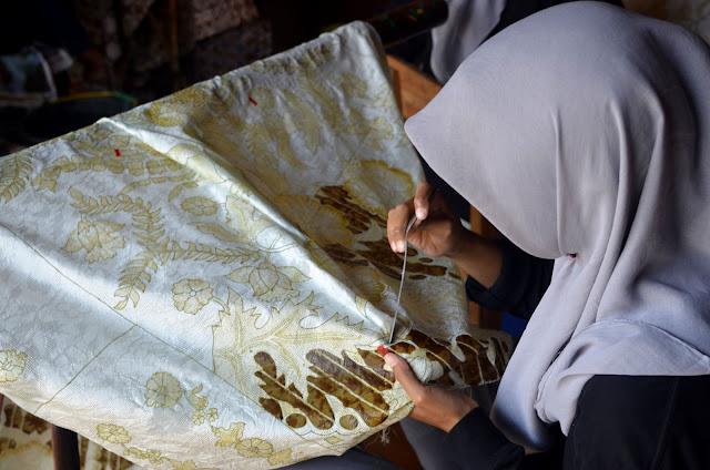 Kini batik pesisir dikembangakan oleh Padepokan Pesisir yang didirikan oleh  Haji Failasuf di Wiradesa feed5d15c0