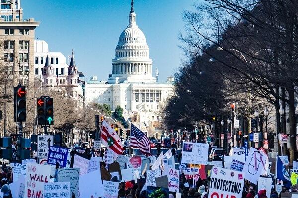 متظاهرن في محيط مبنى الكونغرس