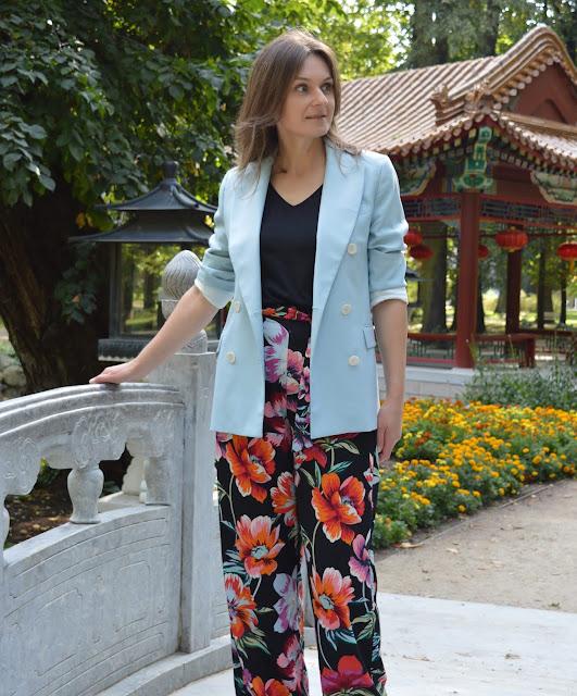 Motyw kwiatowy na długich szerokich spodniach