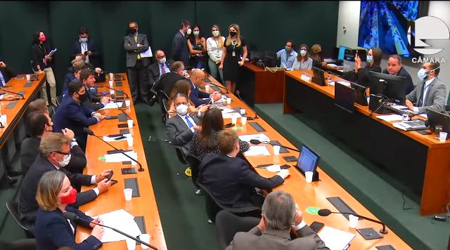 Centrão aproveita distrações da crise Bolsonaro, Olimpíada e CPI para aplicar um golpe no eleitoral