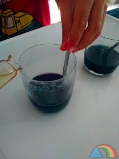 Añadiendo vinagre al zumo de col lombarda