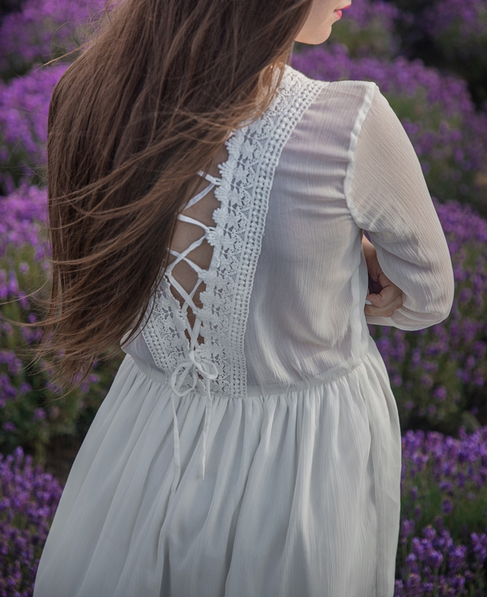 biała sukienka i lawenda