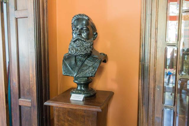 Um busto do Doutor Muricy no Museu Paranaense