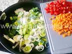 preparare reteta tocanita cu orez - prazul calit cu morcovul si ardeiul