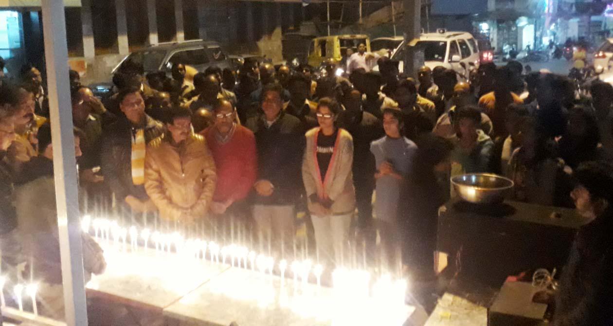 दिल्ली पब्लिक स्कूल बस दुर्घटना में मृत हुए बच्चों को सामाजिक सस्थाओं ने मिलकर दी भावभीनी श्रद्धांजलि
