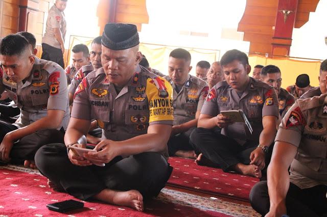 Danyon C Pelopor Sat Brimob Polda Sulsel Pimpin Doa Bersama Buat Personelnya BKO Polda Papua