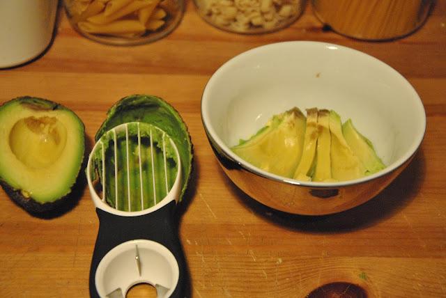 Schöne Scheiben mit dem Avocadoschäler