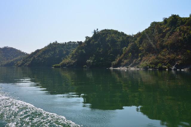 Sur le fleuve dans l'état chin