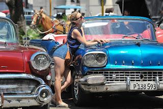une touriste avec un vieux ford américain