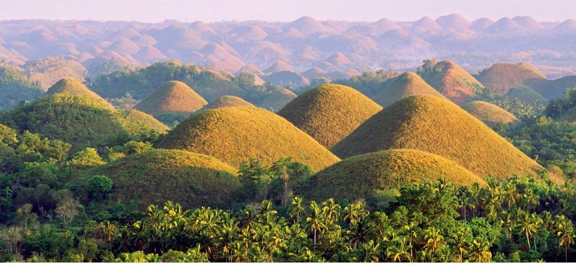 円錐形の丘が連なるチョコレート・ヒルズは不思議な風景