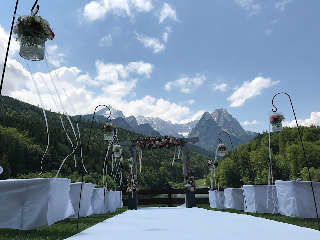 wedding ceremony with mountain view,  shades of raspberry and apricot, lake-side wedding in the Bavarian mountains, Garmisch-Partenkirchen, Germany, wedding venue Riessersee Hotel, wedding planner Uschi Glas, getting married abroad