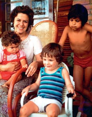 Elis Regina com os filhos Maria Rita Pedro Camargo Mariano e João Marcello Bôscoli Crédito Dario de Freitas Abril Comunicações S.A.