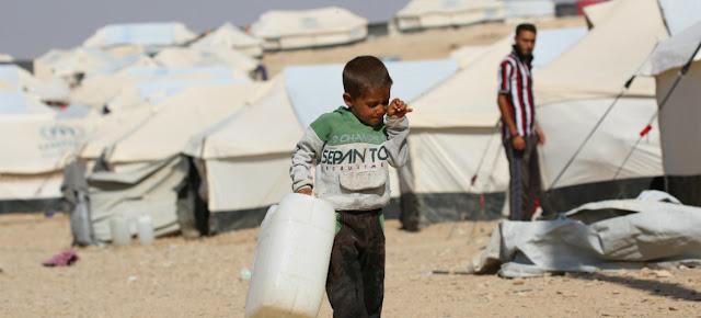Un niño de cinco años porta un bidón de agua vacío en el campamento de Al-hol, en el noreste de Siria.UNICEF/Souliman