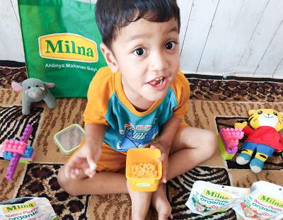 ghazy mencoba makan milna nature puff yang lezat