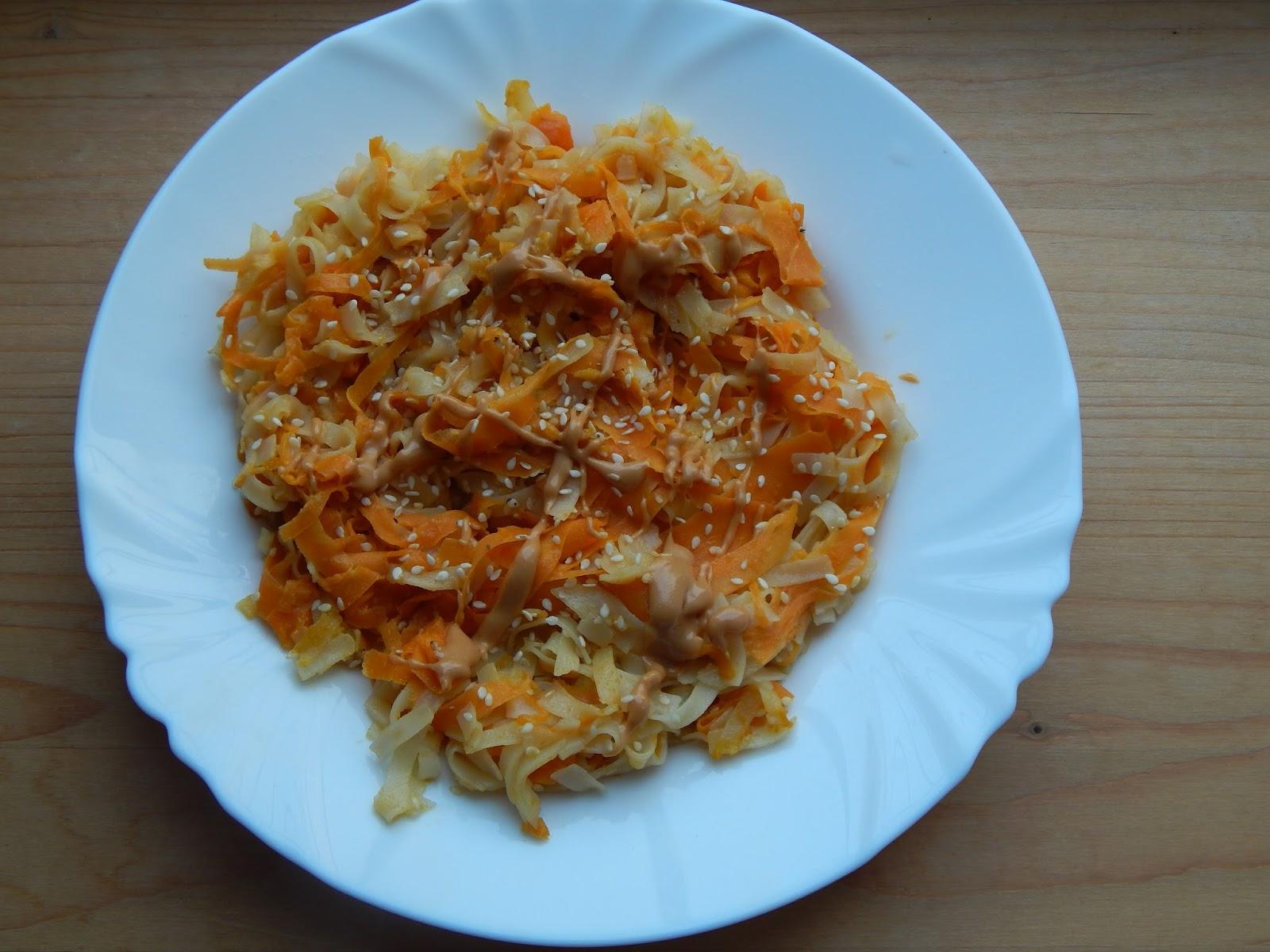 Mrkvové rýžové nudle s arašídovou omáčkou a sezamem