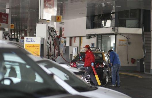 Gobierno de Argentina congela precio del combustible por 90 días