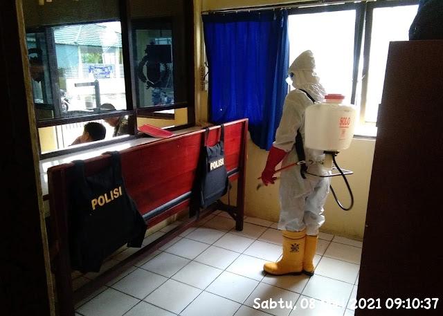 Cegah Penyebaran Covid-19, Polsek Dusun Selatan Rutin Setrilisasi Mako Dengan Disinfektan