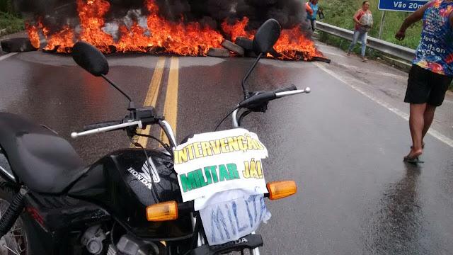 moto com cartaz pedindo intervenção militar já no brasil