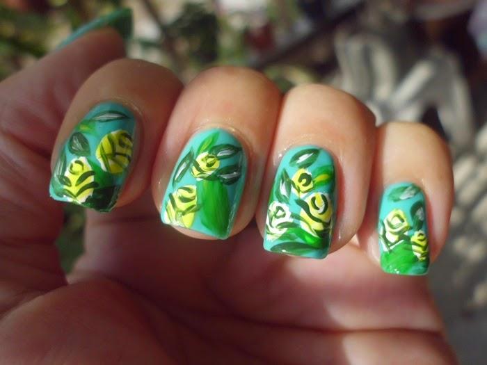 nail art verde con flores