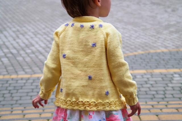 Sweterek na drutach robiony od góry