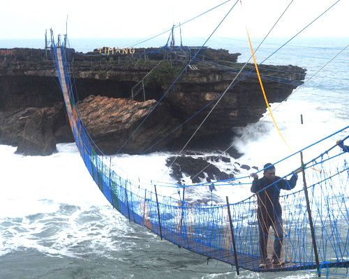 Tinuku.com Designers complete suspension bridge linking Java and Panjang Island in Timang beach
