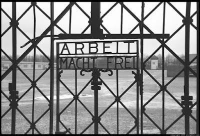 Η κύρια είσοδος του Νταχάου όπου υπάρχει η διάσημη επιγραφή Arbeit macht frei (Η εργασία απελευθερώνει)