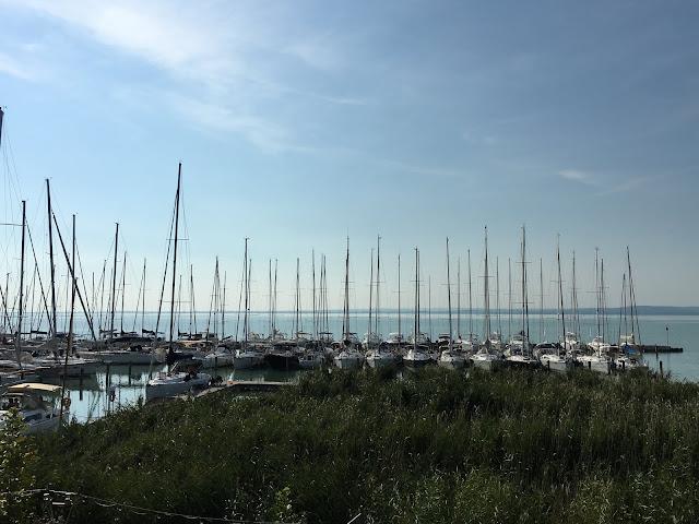łódki, jezioro Balaton, Węgry, widok z okna