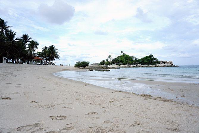 Hampara pasir putih di Pantai Parai Tenggiri