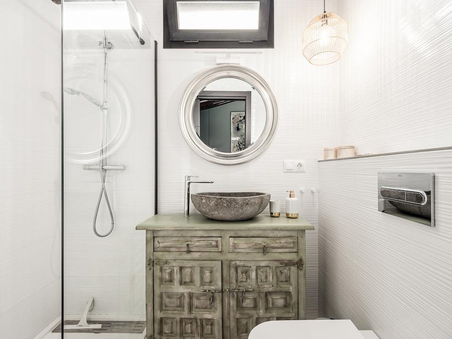 Baño con ducha de estilo escandinavo