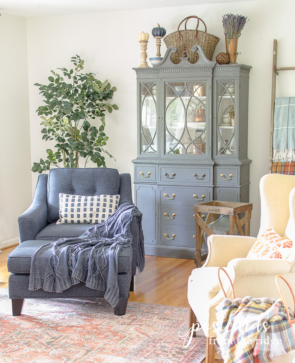 living room with Benjamin Moore White Dove walls