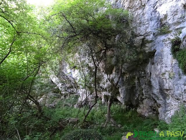 Ruta al Cueto Cerralosa y Jajao: Pequeño abrigo próximo a San Esteban