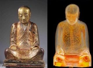Mummia di monaco trovata dentro una statua di Buddha