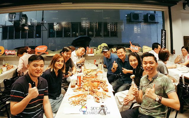 Remember to have the waitress to help you guys snap a group photos after the delicious seafood galore~