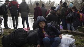 تركهم في عرض البحر.. الخفر اليوناني يصادر وقود قارب مهاجرين(فيديو)