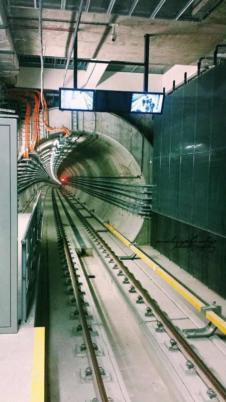 Metro Nowy Świat, Warszawa, ludzie, schody, kosmos,