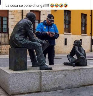 Policía local denunciando dos estatuas en cuarentena