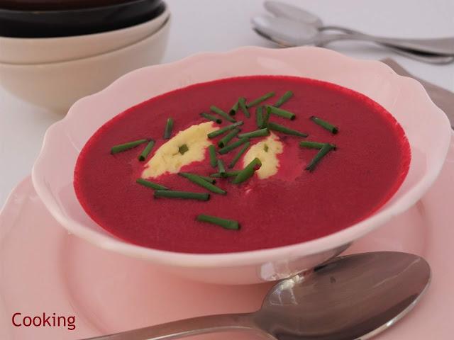 Uma sopa cremosa de beterraba, com natas, e pequenas almôndegas e queijo e cebolinho