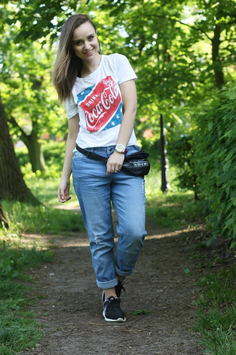 stylizacja ze spodniami boyfriend i koszulką coca cola